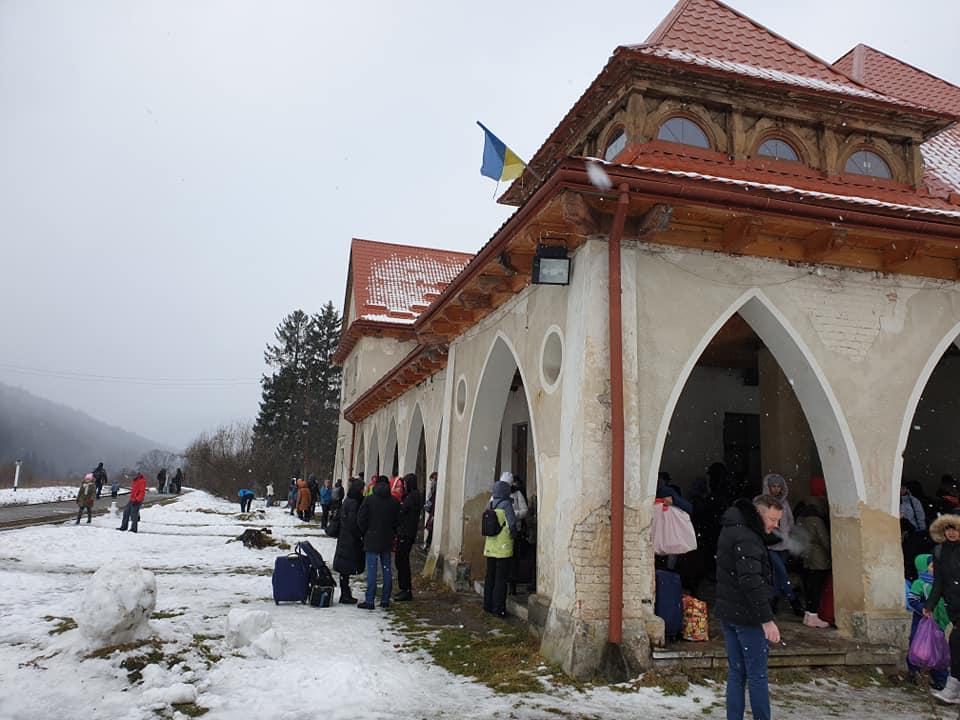 Наче в російській «глубінці»: залізничний вокзал у курортному Татарові жахає обдертими стінами та доісторичними неприбраними туалетами (фото+відео)