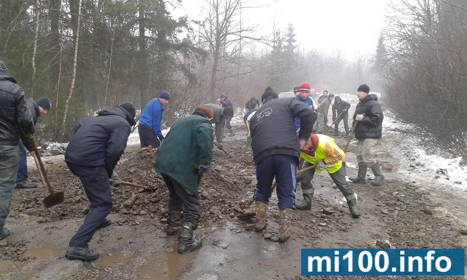 У селі Росільна Богородчанського району люди самотужки ремонтують дорогу (фото + відео)