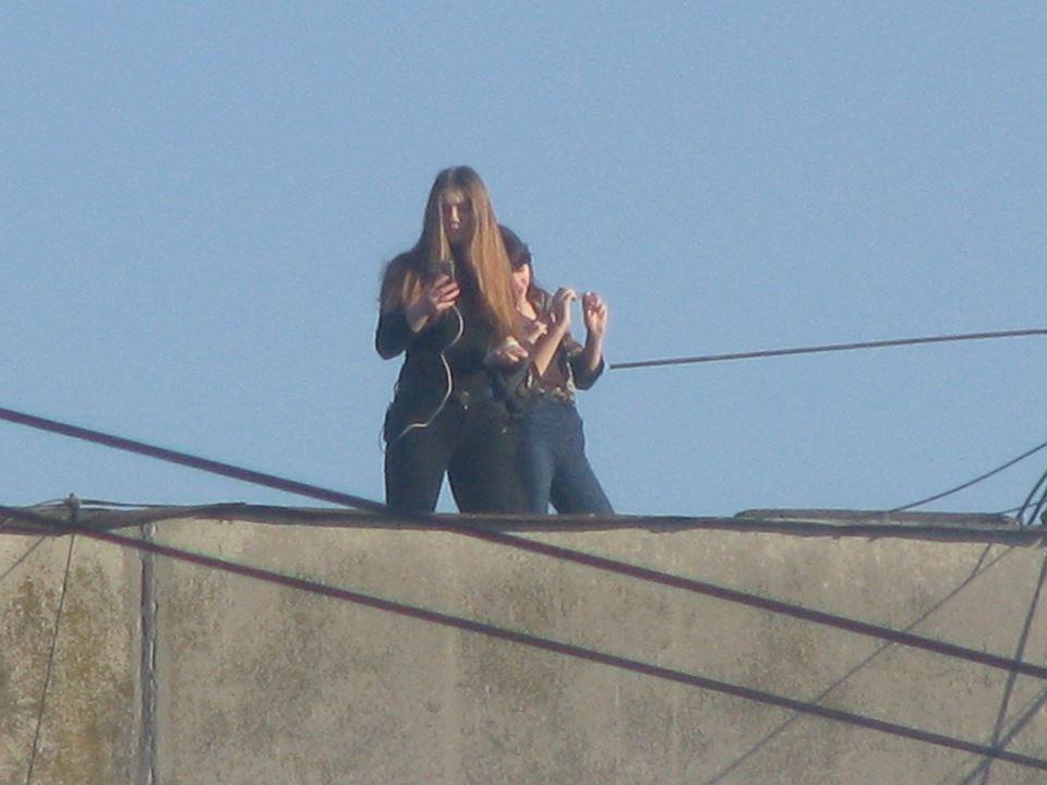 У прикарпатському містечку діти влаштували собі смертельно небезпечні розваги, фотографуючись на краю даху багатоповерхвіки (фоторепортаж)