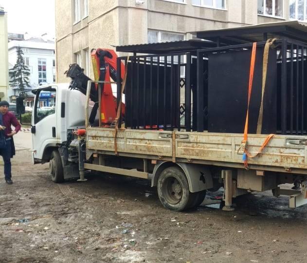 У Франківську на місці стихійного сміттєзвалища встановлюють контейнери для сміття (фотофакт)