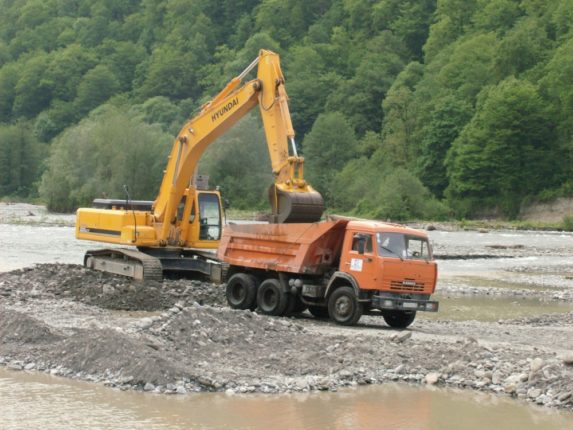 На околиці Болехова біля річки незаконно видобували піщано-гравійну суміш