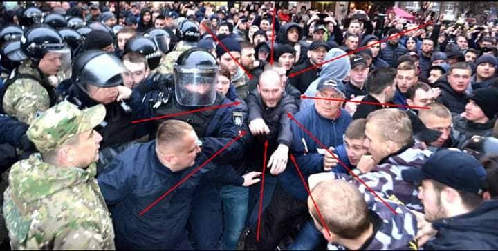 Журналістам вдалося віднайти більш чіткі фото «тітушки», який напав на їхнього колегу під час сутичок у Франківську – усіх небайдужих просять допомогти упізнати нападника (фото+відео)