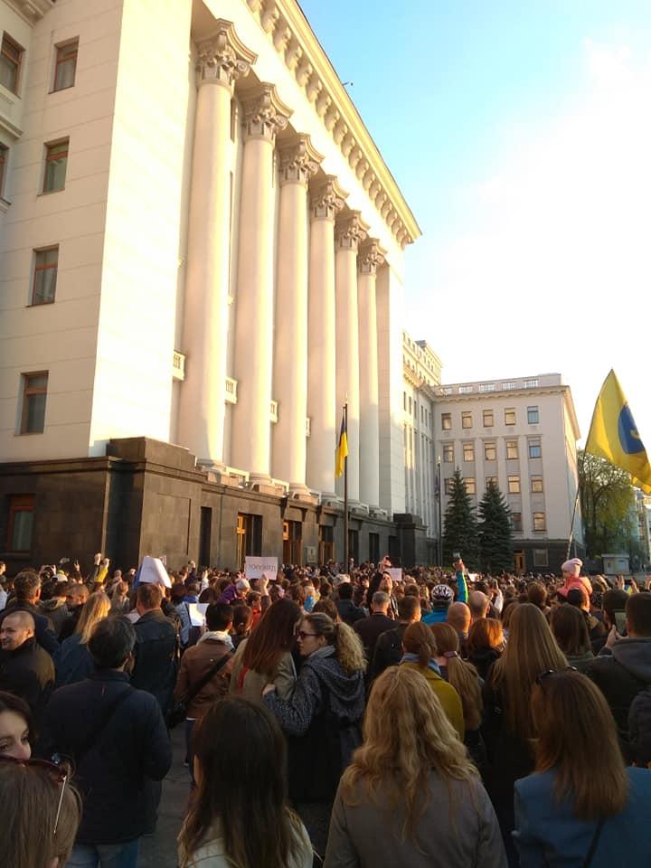 Такого ще не було: українці прийшли під адміністрацію Президента, щоб подякувати Петру Порошенку (фоторепортаж)