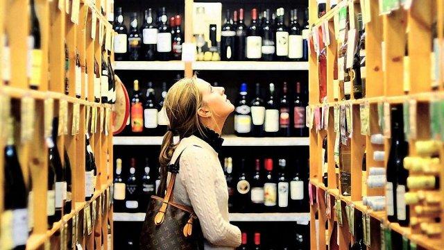 У Франківську жінка двічі за день обікрала магазин, а на третій – її спіймали