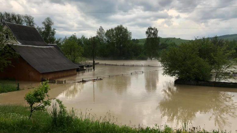 Сильний дощ наробив біди в Надвірнянському районі (фото+відео)