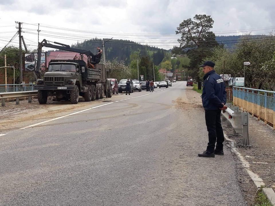 Поліцейські здійснюють охорону порядку в місцях, де триває ліквідація негоди (фотофакт)