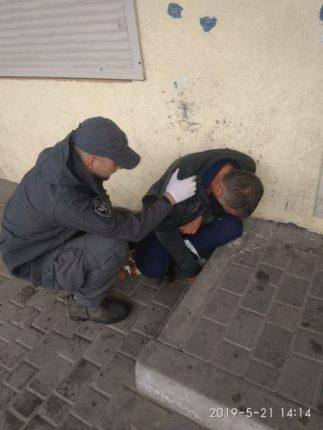 Франківські муніципали допомогли медикам госпіталізувати чоловіка, який допився до втрати свідомості (фоторепортаж)