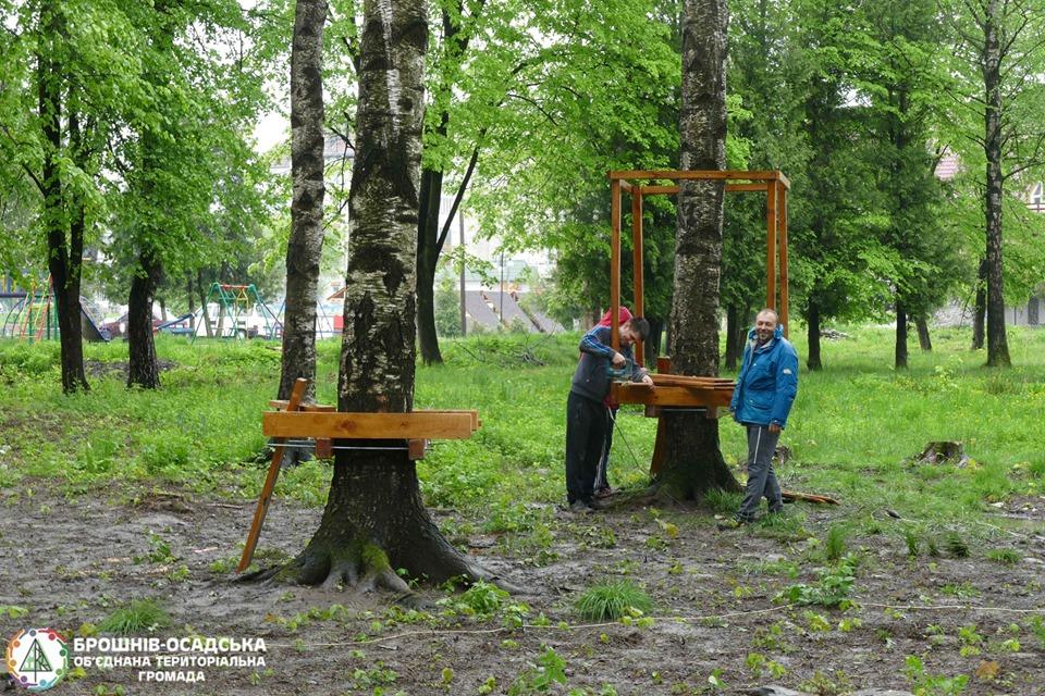 У Брошнів-Осаді облаштовують мотузковий парк за 92 тисячі гривень (фоторепортаж)