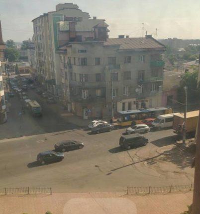 У Івано-Франківську тролейбус потрапив у ДТП. В центрі міста утворилися затори (фотофакт)