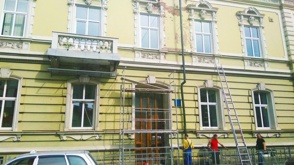 На будинку на початку Чорновола, з якого обвалюється ліпнина, встановили захисні сітки (фотофакт)