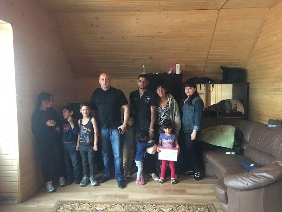 У Франківську сім'ї ромів з 11 дітьми допомогли винайняти будинок (фотофакт)