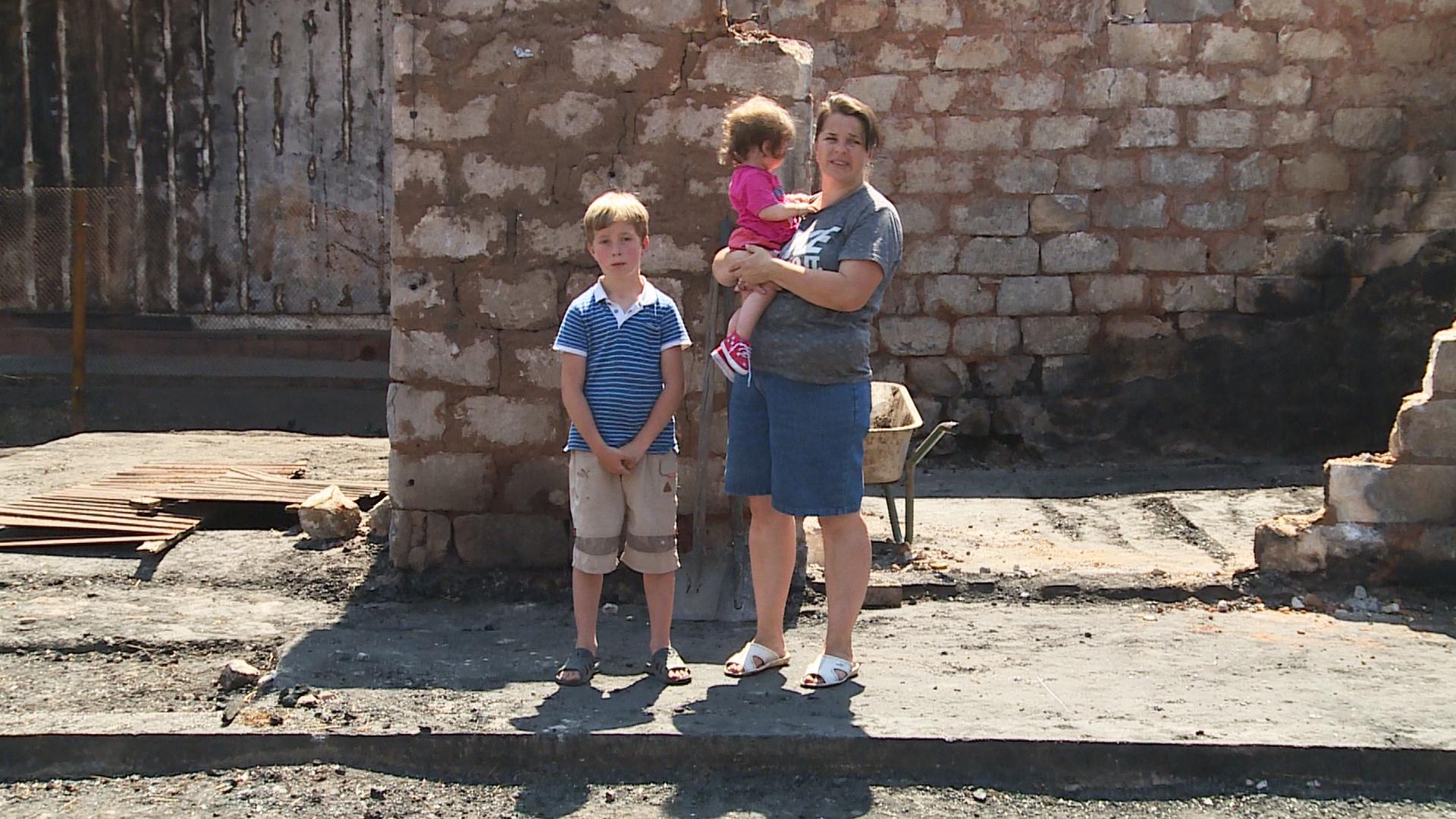 На Франківщині мама з дітьми залишилися просто неба: вогонь забрав все, окрім Біблії (відеосюжет)