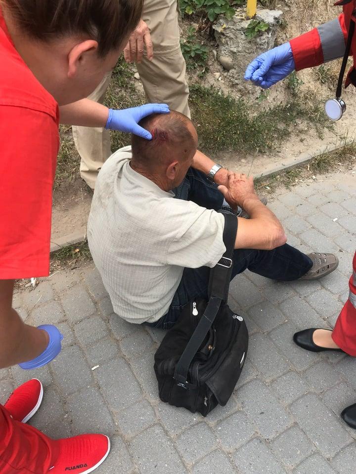 У Франківську муніципали допомогли чоловікові, який розбив собі голову (фотофакт)