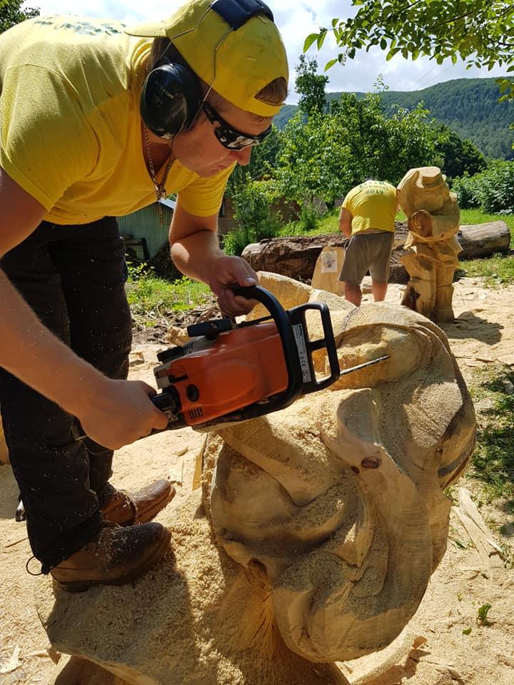 У Косові майстри бензопилами з колод вирізбляють скульптури (фото + відео), фото-2