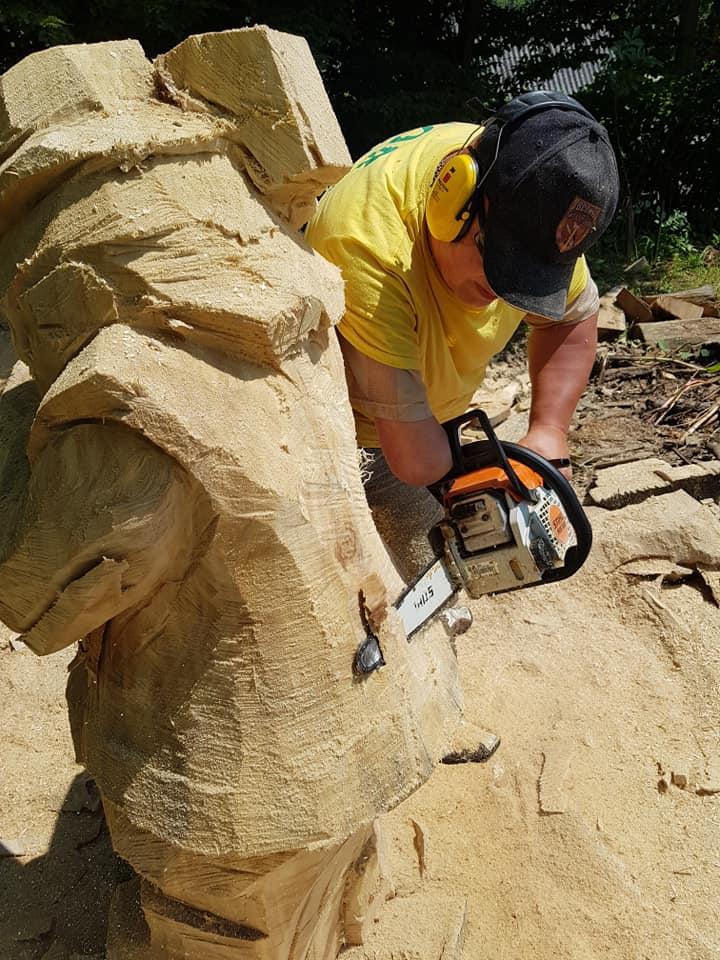 У Косові майстри бензопилами з колод вирізбляють скульптури (фото + відео), фото-4