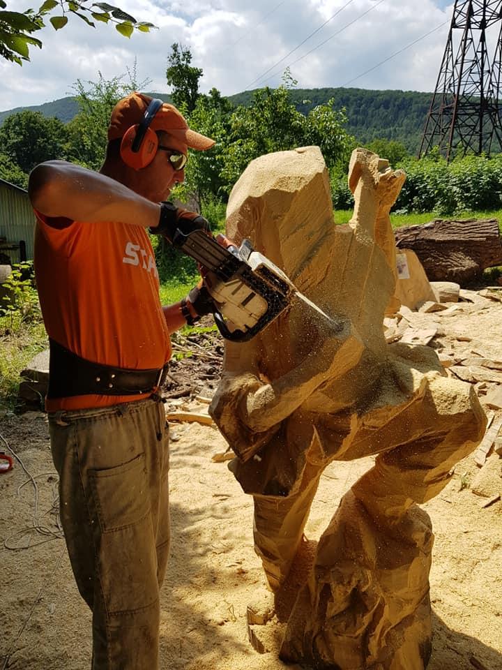 У Косові майстри бензопилами з колод вирізбляють скульптури (фото + відео), фото-6
