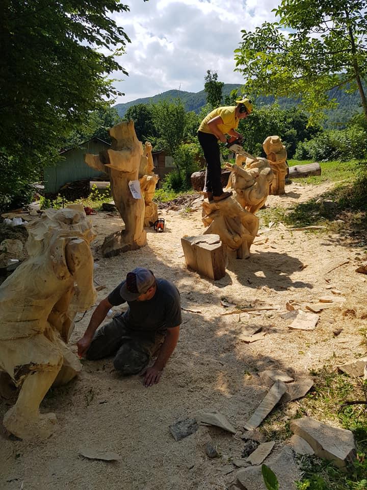 У Косові майстри бензопилами з колод вирізбляють скульптури (фото + відео), фото-1