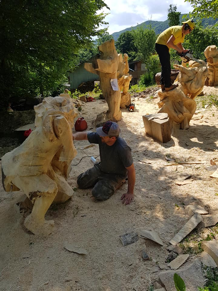 У Косові майстри бензопилами з колод вирізбляють скульптури (фото + відео), фото-7