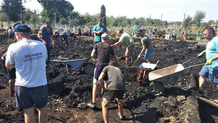 Вціліла тільки чаша. У селі Новоселиця люди розбирають згарище на місці де згоріла церква (фотофакт)