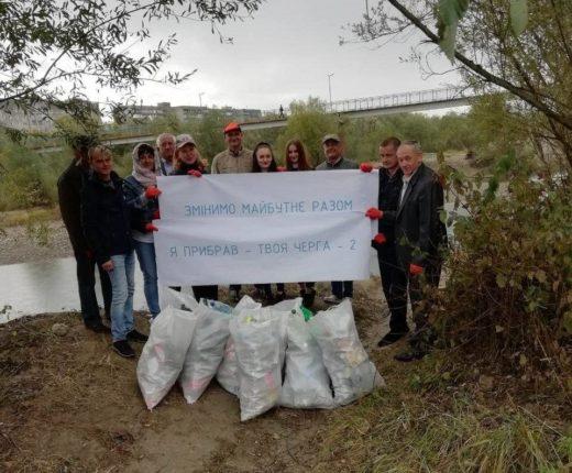 Працівники Дністровського БУВР прибрали від пластику та сміття берег Бистриці Солотвинської