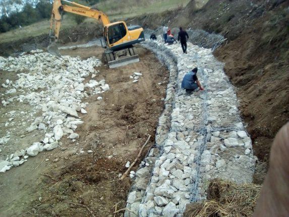 В Галицькому районі споруджують берегоукріплюючі споруди (фотофакт)