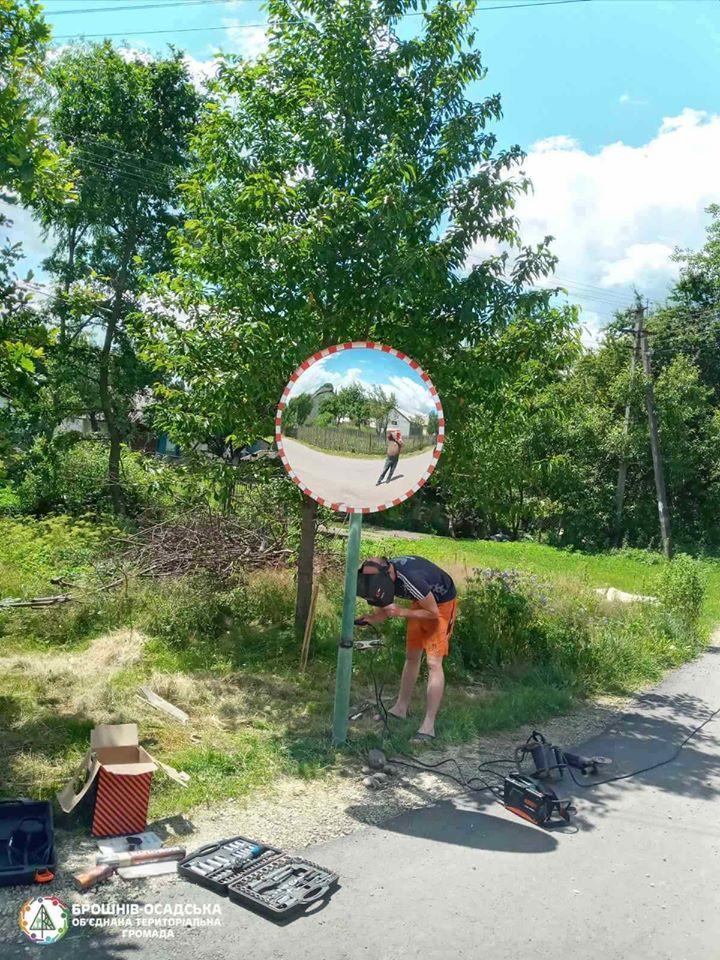В Брошневі на одному з поворотів встановили сферичне дзеркало