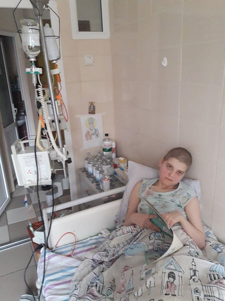 Прикарптців просять допомогти дівчинці з прийомної сім'ї, в якої важка спадкова хвороба